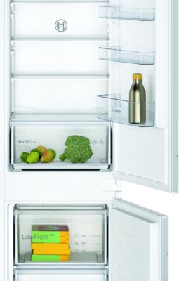 Le spacieux réfrigérateur combiné intégrable avec LowFrost permet un stockage optimal des aliments et de réduire considérablement la formation de glace.